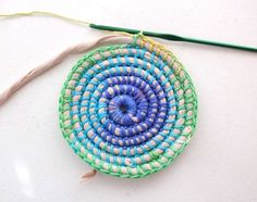 Great tutorial for a coil + crochet rainbow basket Basket Weave Crochet, Basket Weaving, Crochet Baskets, Rope Crafts, Yarn Crafts, Braided Rag Rugs, Rag Rug Tutorial, Crochet Diy, Crochet Stitch