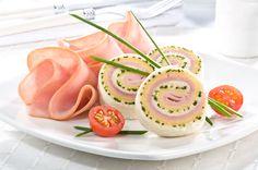 Rollo de pan fresco con jamón