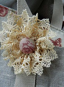 Lace flower use normal buttons instead of a covered one. Cloth Flowers, Shabby Flowers, Lace Flowers, Crochet Flowers, Ribbon Crafts, Flower Crafts, Fabric Crafts, Fleurs Style Shabby Chic, Material Flowers