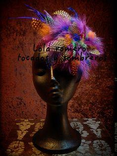 Tocado Emperor Guinea. Realizado a mano, con fibra natural de sinamay y cubierto de plumas de marabú, gallina de guinea y oca. Habla por sí solo.