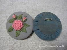 천연염색천으로장미 브로치를 만들었어요. Hand Embroidery Tutorial, Embroidery Flowers Pattern, Crochet Flower Patterns, Hand Embroidery Stitches, Hand Embroidery Designs, Ribbon Embroidery, Textile Jewelry, Embroidery Jewelry, Fabric Jewelry