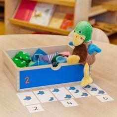 Verkort tellen met sokken. Vans Top, Kindergarten Themes, Skip Counting, Teaching, Lettering, Math, Preschool Themes, Education, Letters