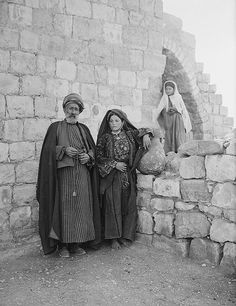 Sheikh of Ramallah & Wife (Palestinian, c. Palestine People, Palestine History, Israel Palestine, Israel History, Photos Du, Old Photos, Vintage Photos, Terra Santa, Naher Osten