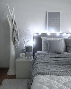 Verpasse Deinem Schlafzimmer ein leuchtendes Upgrade! Die LED-Lichterkette Raindrop sieht nicht nur super atmosphärisch aus, sondern bringt auch Dich selbst zum Strahlen. Ein Wohnaccessoire mit dem gewissen Etwas! //Schlafzimmer Bett Bettwäsche Kissen Ideen Grau Grey Nachttisch Einrichten Dekoration Deko #SchlafzimmerIdeen @va.interiorstyle