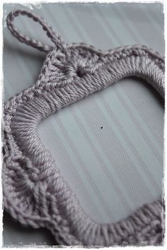 alice brans posted crochet frame to their -crochet ideas and tips- postboard via the Juxtapost bookmarklet. Crochet Diy, Crochet Amigurumi, Crochet Gifts, Crochet Decoration, Crochet Home Decor, Knitting Patterns, Crochet Patterns, Crochet Accessories, Yarn Crafts