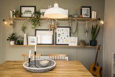 Décoration salon salle à manger cocooning, scandinave et moderne. Peinture Farrow & Ball et meubles Made. Etagères murales en bois.