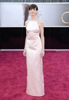Anne Hathaway in Prada rosa e gioielli Tiffany