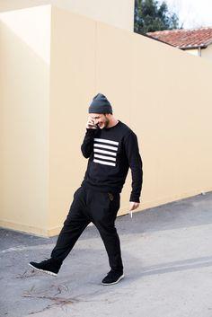 黒コーデ トレーナー×テーパードパンツ×コールハーンゼログランド | メンズファッションスナップ フリーク | 着こなしNo:92978