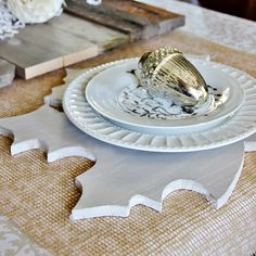 Five easy ideas to decorate the dining room! Make these leaf chargers....a monogrammed pumpkin made out of keys and so many more!