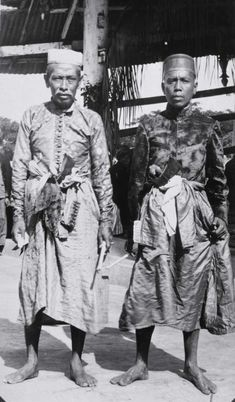 COLLECTIE TROPENMUSEUM Twee mannen in adatkostuums Soembawa.