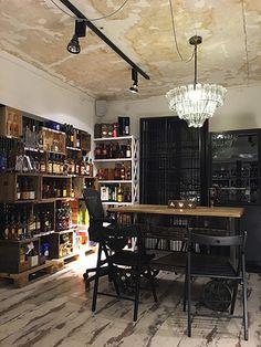 Tiks on Kalamajan ytimessä sijaitseva tunnelmallinen viinibaari ja -kauppa. Tiks sijaitsee Kopli 14:ssä vanhassa puutalossa, kuten alueen monet muut ravintolat. #Tiks #Tallinna #Tallinn #viini #viinibaari