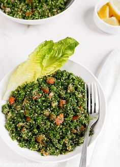 A delicious, easy and healthy recipe for an authentic Lebanese Tabbouleh salad. Serve it alone as a light meal or as a side dish with grilled meats. Healthy Dishes, Easy Healthy Recipes, Vegetarian Recipes, Healthy Eating, Cooking Recipes, Easy Lebanese Recipes, Tabouleh Salat, Lebanese Tabbouleh, Tabouli Recipe