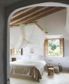 schlafzimmergestaltung puristisch rustikal baumstumpfe nachtkonsole
