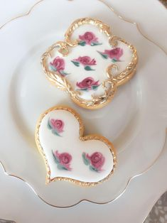 Endless cake decorating inspiration - wedding cakes, birthday cakes for boys and girls, cookies, cupcakes and more. Meringue Cookies, Cake Cookies, Cupcakes, Sugar Rose, Flower Cookies, Cakes For Boys, Tea Roses, Macaroons, Cookie Decorating