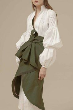 Johanna Ortiz Spring 2017 Ready-to-Wear Fashion Show - Frills and Bows are every girls dream Fashion 2017, Runway Fashion, High Fashion, Fashion Show, Fashion Outfits, Womens Fashion, Dubai Fashion, Skirt Fashion, Fashion Clothes