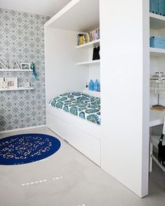 Love this built-in bed/desk for kids bedroom. Not keen on wallpaper but the rest is awesome! Home Bedroom, Girls Bedroom, Built In Beds For Kids, Kid Spaces, Small Spaces, Sleeping Nook, Mini Loft, Ideas Prácticas, Cool Beds