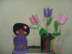Flores de cartón en base de caja de leche tetra brik. Muñeca en foamy organizador botella plástica de refresco.