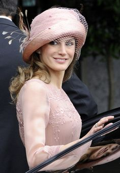 Princess Letizia: The World's Best Dressed Royal? Love the hat worn by Princess Letizia of Spain tot he wedding of Prince William and Kate Middleton Mode Rose, Estilo Real, Fancy Hats, Wearing A Hat, Glamour, Love Hat, Queen Letizia, Dress Hats, Royal Fashion