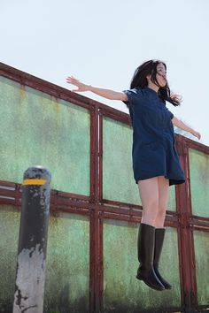 Lives in Beppu, Oita, Japan. Levitation Photography, Surrealism Photography, Figure Drawing Reference, Pose Reference, Jumping Poses, Haruhi Suzumiya, Figure Poses, Dynamic Poses, Action Poses