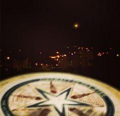 Quien lo diría, desafiando la gravedad bajo la luz de la luna! #ultimate