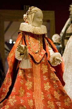 Pulp Fashion: The Art of Isabelle de Borchgrave by FAMSF, via Flickr  Amazing papercraft!