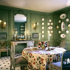 I particularly like this dining room designed by Bunny Williams – it& soft moss green walls lined with a set of china, a table skirted, and beautiful . Green Dining Room, Green Rooms, Dining Rooms, Green Walls, Dining Area, Dining Decor, Dining Table, Enchanted Home, Interior Decorating