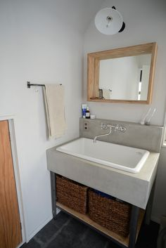 モルタル洗面台+実験用シンク+モルタルフロアタイル After Life, Corner Bathtub, Toilet, Bathroom, Rest Room, Interior, House, Vacation, Home Decor