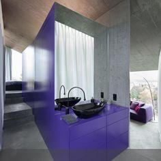 Lila im Badezimmer? In Kombination mit Sichtbeton eine spannende Sache...die ganze Story findet ihr auf roomido.com #roomido