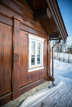 """Velkommen til en ekte høyfjellsdrøm! Hytten """"Tuva"""" er beliggende på solrik utsiktstomt i området Solhovda på Kikut. Hytten er nøkkelferdig og utført i stav/laft med kraftige runde hjørnesøyler, tømmerstokker og stående panel. Utvendig utsmykning inkluderer torv på tak, utskjæringer på stolper, og utelamper, takrenner og beslag i kobber utførelse. Utenfor hytten finner du en stor, solrik terrass..."""