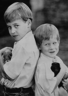 Prince William and Prince Harry photographed by Patrick Demarchelier. A photo of Prince William with the rabbit featured in the December 1989 issue of Vogue. Prince William And Harry, Prince Harry And Meghan, Prince And Princess, Princess Of Wales, Prince Charles, Princesa Diana, Elizabeth Ii, Lady Diana Spencer, Family Posing