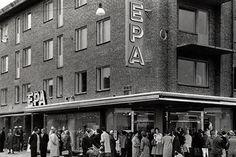 EPA är en förkortn. av Enhetsprisaktiebolaget. Företaget grundades av Josef Sachs & Herman Turitz, som drev NK i Sthlm. De första affärerna med öppnades 1930 i Örebro och Västerås. Lanseringen var inte okontroversiell: de låga priserna väckte protester från lokala handlare och då både Sachs och Turitz var judar hade kampanjen antisemitiska inslag (ugh). 1934 tillsattes en statlig utredning för att undersöka om marknaden för lågprisföretag skulle regleras för att skydda övrig handel. Laurel And Hardy, Stockholm Sweden, Epa, Vintage Photos, Street View, Life, Beautiful, Stockholm, Historia