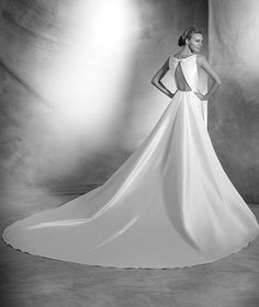 ATELIER PRONOVIAS 2016 Modelo 'Verena'. Vestido de novia de estilo sirena de mikado de seda. Cuerpo de escote barco en el delantero. Obertura central en pico en la espalda decorada con lacito en el centro. Cola extraíble d