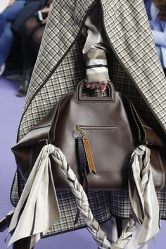 Mulberry Fall 2017 Ready-to-Wear Fashion Show Details Fashion Week, Fashion Show, Womens Fashion, High Fashion, Burberry Handbags, Burberry Bags, Vogue Paris, Purses And Handbags, Michael Kors Bag