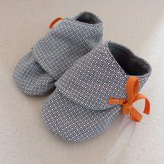 Chaussons 6/9 mois coton bleu foncé géométrique et jersey gris, Fée Home e-shop A Little Market