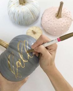 Fall Pastel and Gold Pumpkins, Calligraphy, Knit, Gold, Grey - Dekoration Halloween Chic, Halloween Crafts, Halloween Decorations, Fall Festival Decorations, Diy Thanksgiving Decorations, Thanksgiving Table Settings, Fall Decorations, Fall Crafts, Diy Crafts