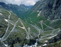 Esta serpenteante carretera es llamada en Noruega 'Trollstigen', que significa 'camino de duendes'. Es una de las atracciones turísticas del país, en la región de Rauma, con once curvas muy cerradas y un 9% de desnivel.