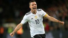 Lukas Podolski zelebriert sein Tor zum 1:0. (Quelle: imago/Thomas Frey)