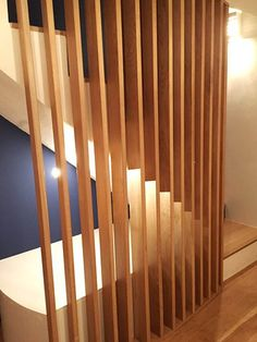 #garde-corps #banquette #escaliers #chêne Réalisation d'une banquette maçonnée sous escaliers et d'un garde corps d'escaliers en chêne.