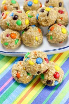 No Bake Monster Cookie Oatmeal Energy Balls - Cranberry Energiebällchen Baking Recipes, Snack Recipes, Dessert Recipes, Baking Ideas, Monster Cookie Dough, Oatmeal Energy Bites, Peanut Butter Oatmeal Bars, Chocolate Chip Banana Bread, Protein Snacks