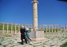 . Jerash (Jordania)  ideal para conocer Ruinas arqueológicas no tan visitadas y conocidas Además de Petra, Jordania atesora -como buen cruce de caminos- muchas otras evidencias de la historia. Y una de las más espectaculares son las ruinas de la ciudad grecorromana de Jerash. Llegó a ser una de las 10 ciudades más importantes del imperio romano y ahora es uno de los puntos más atractivos de la geografía jordana, ubicada cerca de Aman, la capital del país