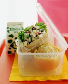 Geflügelsalat im Pitabrot | Zeit: 20 Min. | http://eatsmarter.de/rezepte/gefluegelsalat-im-pitabrot