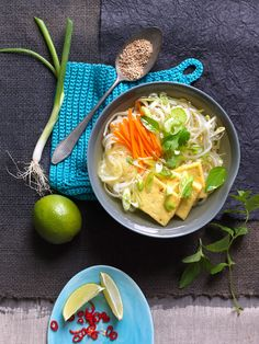Asia-Nudelsuppe mit Tofu I © GUSTO / Ulrike Köb I www.gusto.at Cantaloupe, Vegan, Chicken, Fruit, Food, Firm Tofu Recipes, Food Prep, Noodle Soup, Carrots