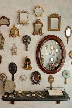 Bellissima decorazione con specchi e cornici di pregio di ogni manifattura.
