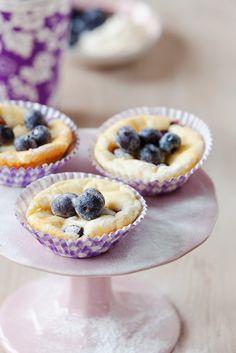 Käsekuchen-Muffins mit Blaubeeren | http://eatsmarter.de/rezepte/kaesekuchen-muffins-mit-blaubeeren