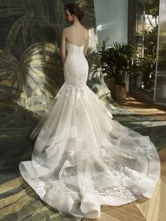 The picture of classic elegance. This full-length mermaid gown features an intricate lace bodice with romantic sweetheart neckline and luxurious tulle skirt with horsehair hem. Just as eye-catching fr ...