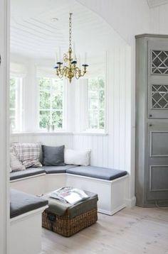 Precioso rincón, en amplia ventana con banco.