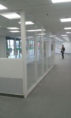 Despacho en planta baja realizado con mampara serie IT-85 Modelo Napolés. Vidrio laminado 3+3 por cada cara y cámara interior.