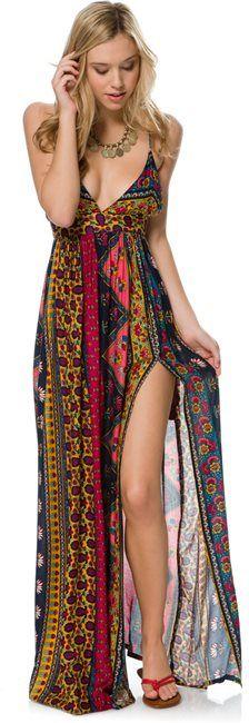 es un vestido para mujeres es de colores neutros y tiene varios tipos de estampados tiene un escote en forma de v y es como do .