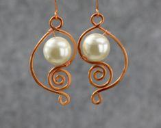 Copper scroll wiring pearl dangle earrings Bridesmaids gifts Free US Shipping handmade Anni Designs Wire Wrapped Earrings, Wire Earrings, Wire Jewelry, Earrings Handmade, Handmade Jewelry, Pearl Earrings, Handmade Copper, Jewellery, Bijoux Fil Aluminium