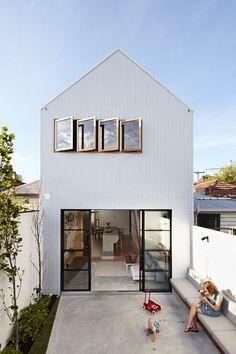 Reforma aumentou pé-direito, trouxe cores claras e ideias de amplitude a esta casa na Austrália